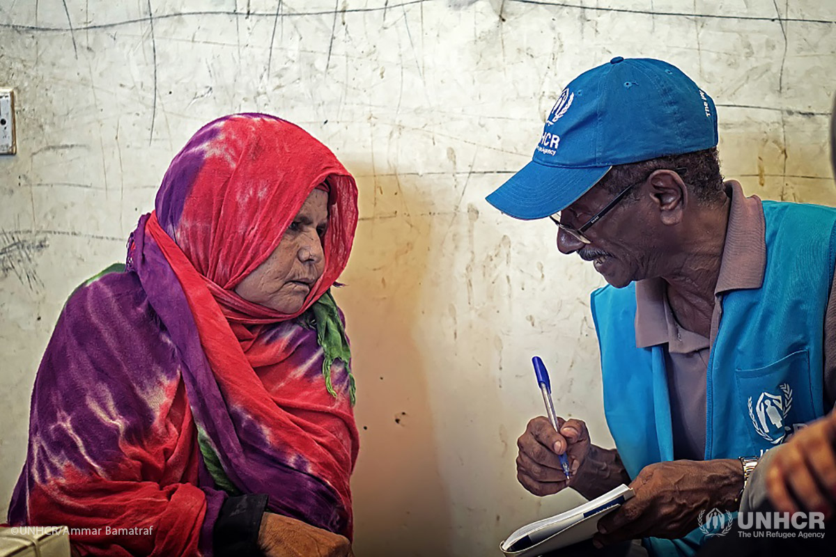 A Yemeni woman who fled fighting in Hudaydah speaks with a UNHCR worker at an informal shelter in Aden.