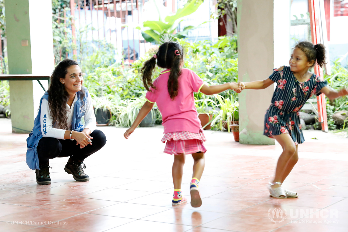 UNHCR staff member with Nicaraguan girls in Costa Rica